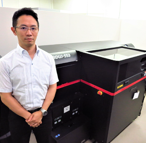 Watanabe, CEO, standing in front of the 3D printer [3DUJ-553]