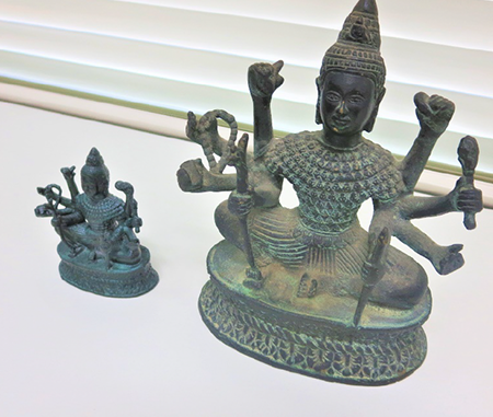 Replica that looks like a real Buddha statue was also created. The real one is right.